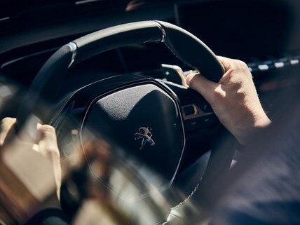 Neue-Limousine-PEUGEOT-508-Innendesign-Lenkrad