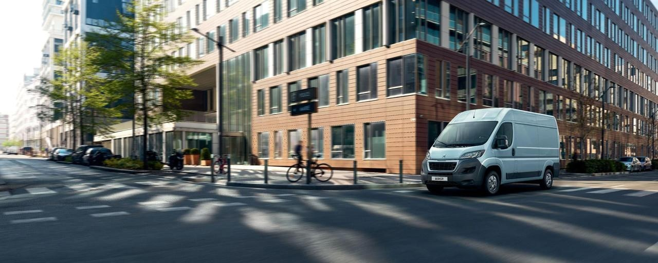 Kastenwagen-PEUGEOT-Boxer-Full-Electric-im-Stadtverkehr