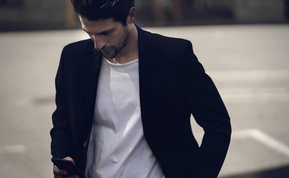 DER-PEUGEOT-208-MIT-ELEKTROANTRIEB–Mann-mit-Smartphone,-App-MyPEUGEOT