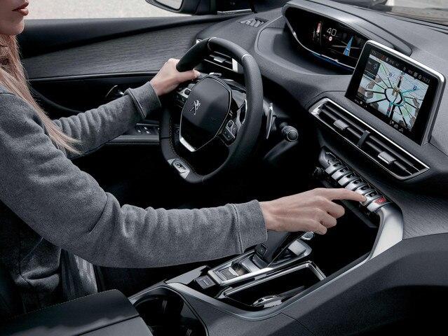 SUV-PEUGEOT-5008-Innen