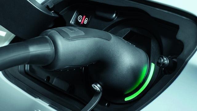 Der neue PEUGEOT 508 HYBRID, Batterieaufladung, Kontrollleuchte an der Klappe des elektrischen Ladegerats