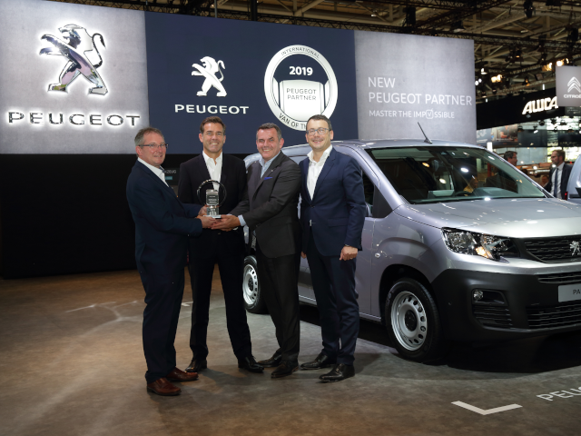 PEUGEOT-neuer-Partner-Preisuebergabe-International-Van-of-the-Year