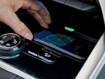 SUV-PEUGEOT-5008-Ladestation-Smartphone