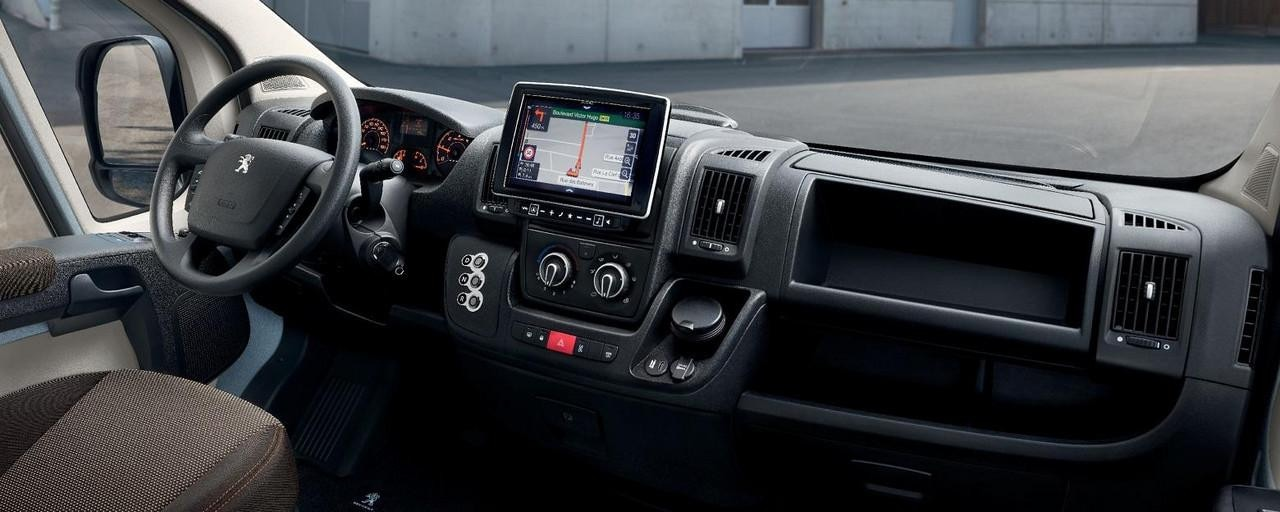 Neuer PEUGEOT e-Boxer Kastenwagen – Fahrerplatz – Modularitaet