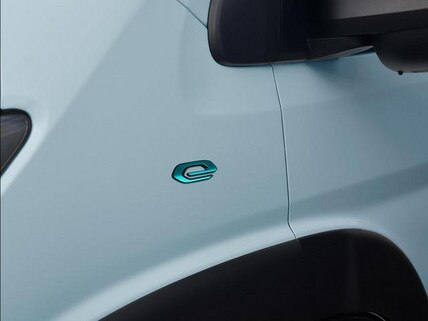 Neuer PEUGEOT e-Boxer Kastenwagen – E-Logo am Kotfluegel